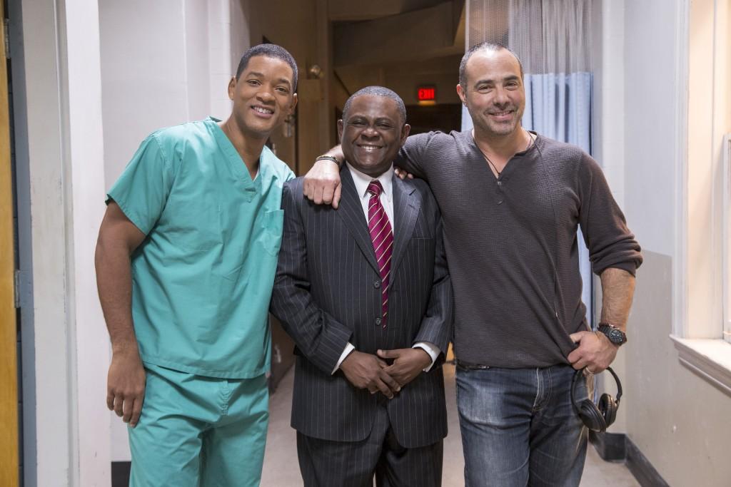 """Will Smith, le vrai Bennet Omalu, et le réalisateur Peter Landesman pendant le tournage de """"Concussion."""""""