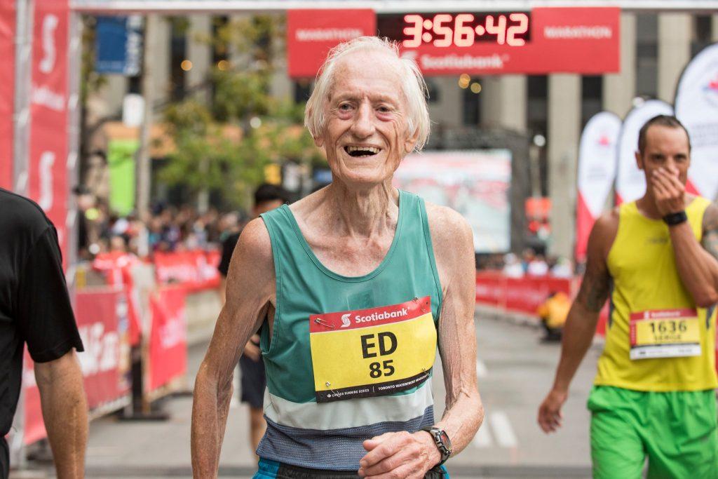 À 85 ans, un canadien explose un record du monde sur marathon