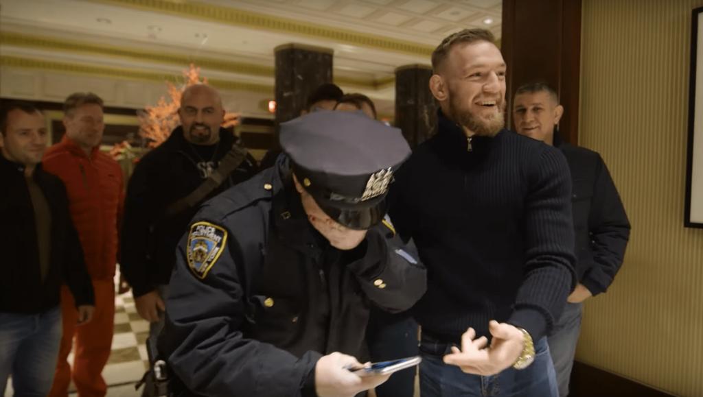UFC 205 Embedded: le beau moment entre Conor McGregor et une policière