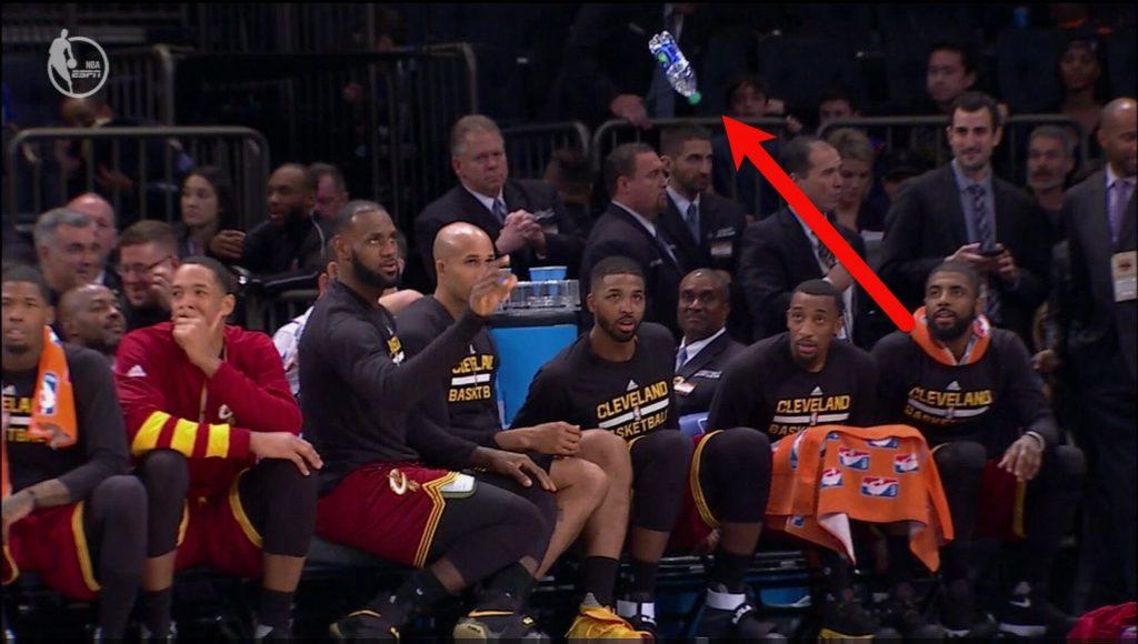 Au calme, les Cavaliers se font un Bottle Challenge en plein match!