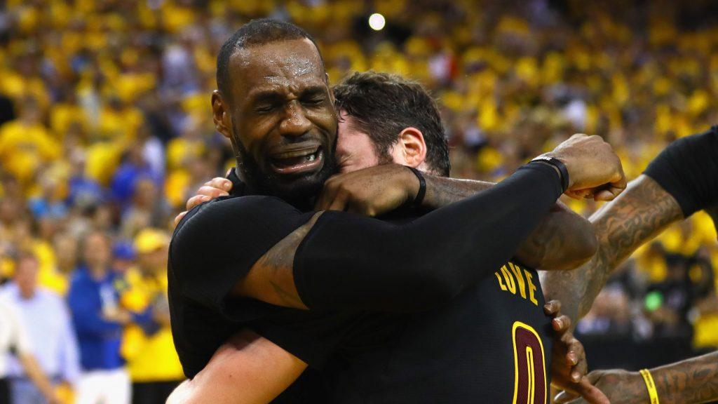 LeBron James élu pour Sportif de l'année par l'AP et rejoint Michael Jordan