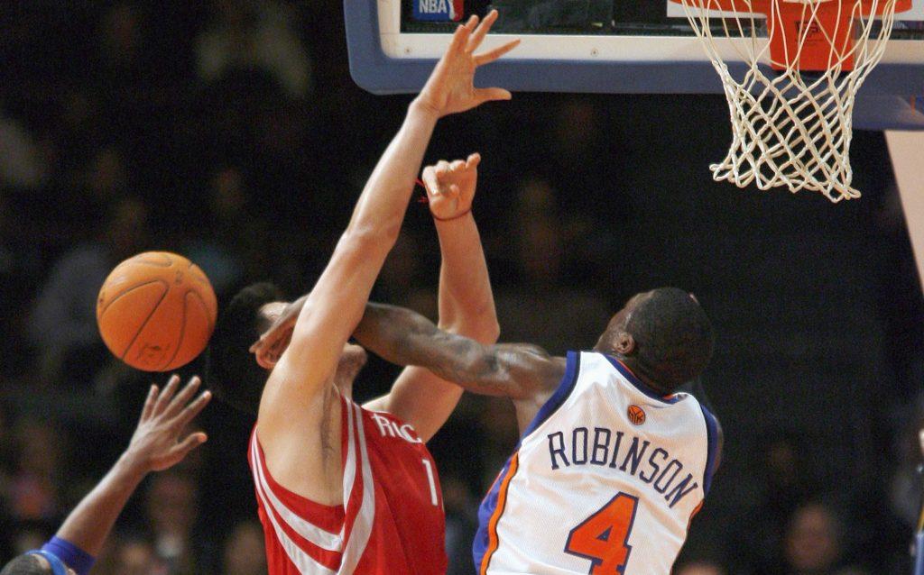 Quand Nate Robinson (1m75) bloquait Yao Ming (2m29)