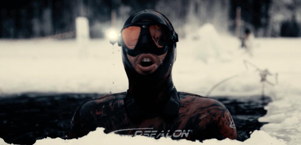 Record du monde: le français Arthur Guérin-Boëri nage 175m sous la glace