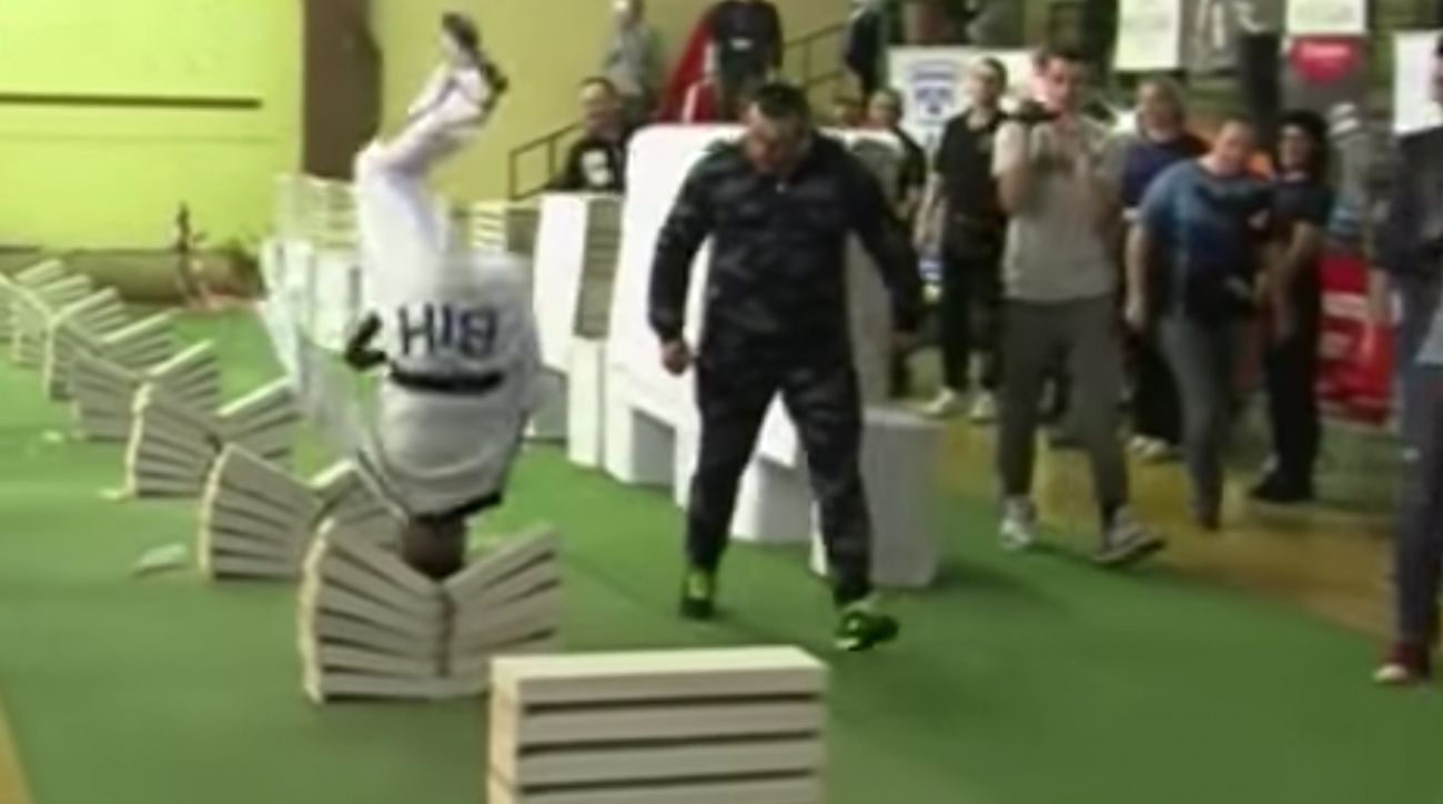Kerim Ahmetspahic brise 111 blocs de béton en 35 secondes