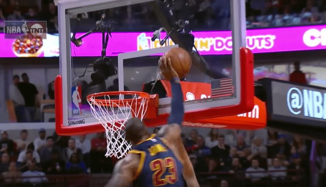 LeBron James fait une LeBlock contre Michael Carter-Williams
