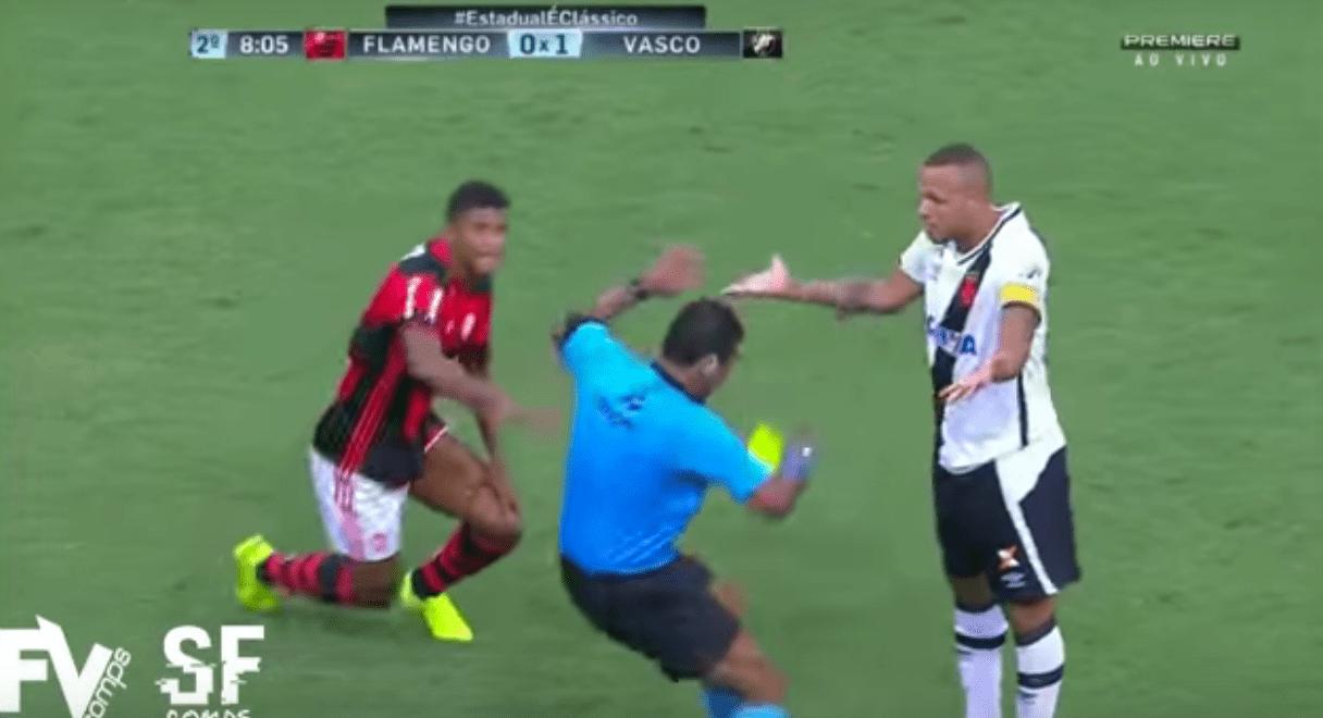 L'arbitre simule un coup de tête et expulse Luis Fabiano