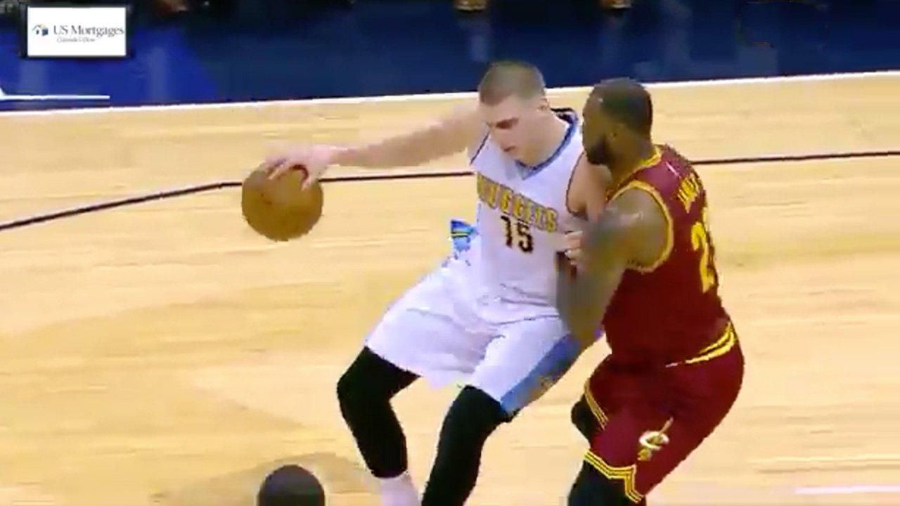 Nikola Jokic fait la misère aux Cavaliers et se paye LeBron James