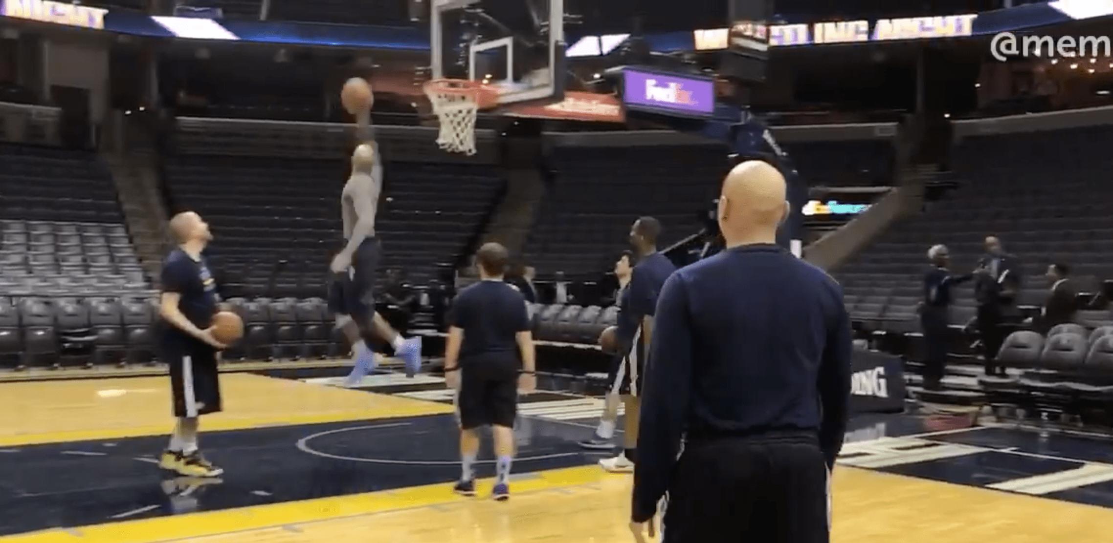 Vince Carter enchaîne tir du milieu de terrain et dunk à 360°