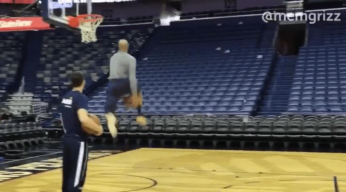 Vince Carter ne s'arrête plus: tir du milieu de terrain et dunk entre les jambes