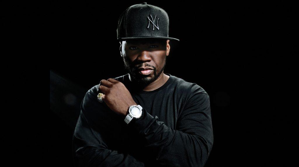 En plein concert, 50 Cent frappe une fan, puis l'invite à twerker