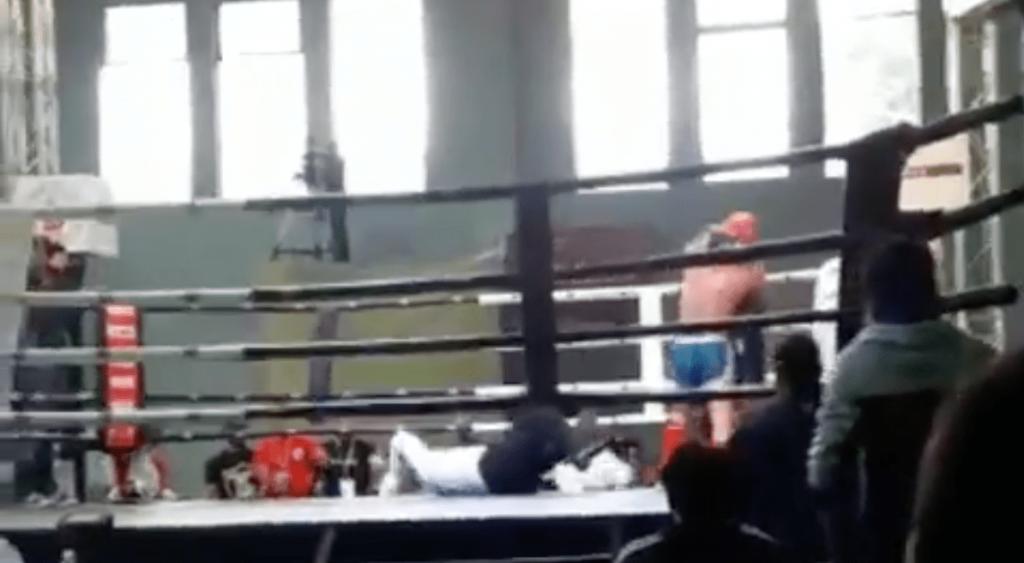 Lors du championnat de Muay Thai, l'arbitre se fait mettre KO