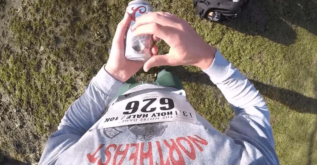 Emmet Farnan court un semi-marathon en buvant une bière tous les 1.6km
