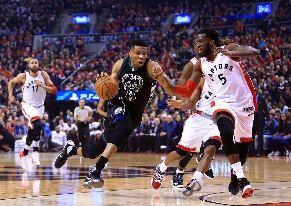 Giannis Antetokounmpo et les Bucks gèrent les Raptors