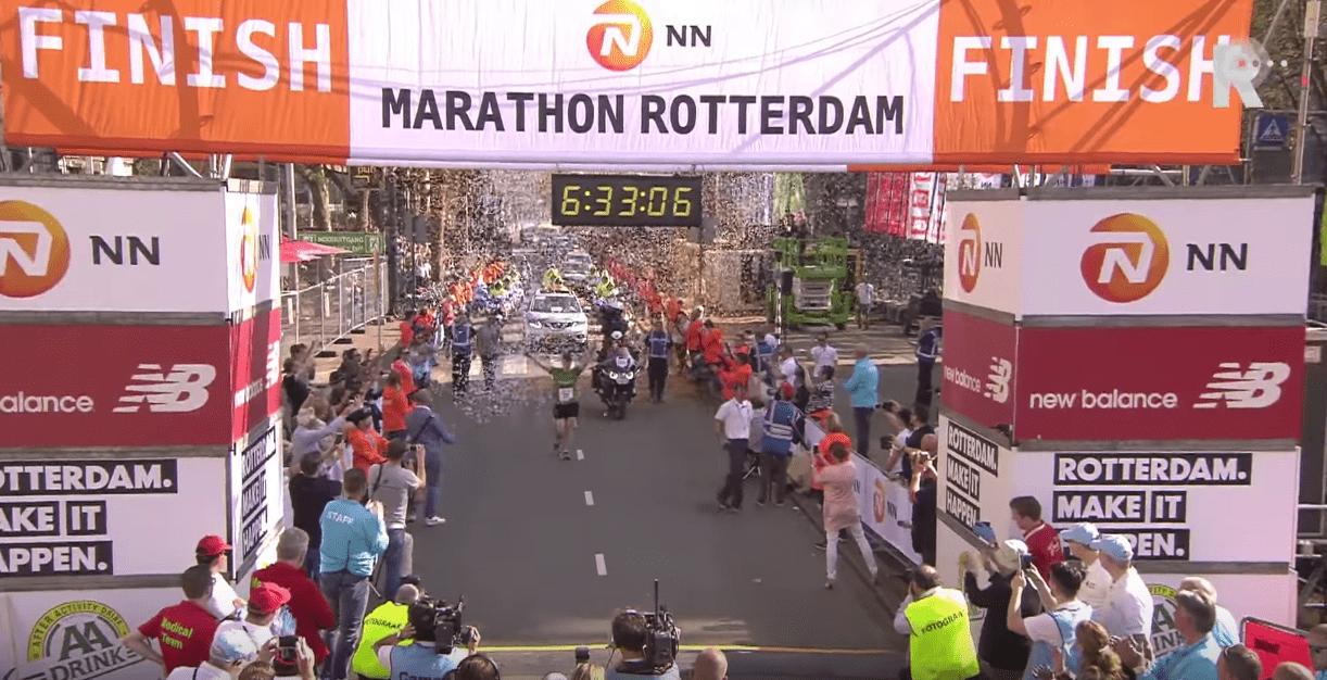 Le superbe hommage rendu à la dernière du marathon de Rotterdam