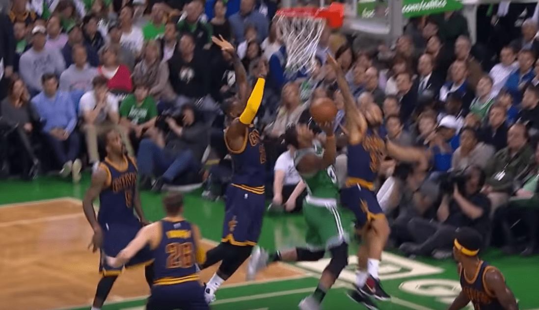 LeBron fait la totale sur une séquence folle – dunk puis bloc et High Five aux fans