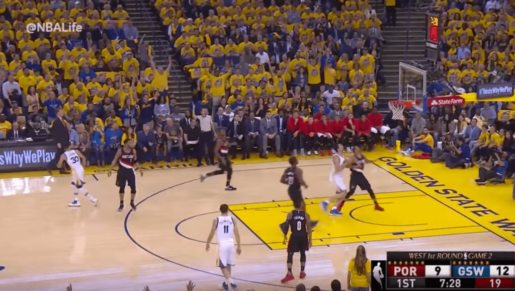 Stephen Curry réussit l'interception, tire à trois points et part avant le panier