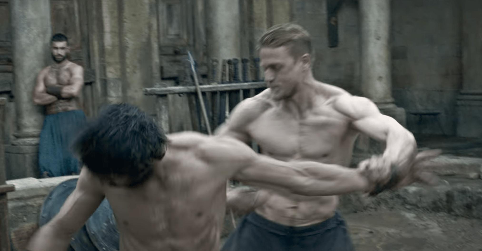 Charlie Hunnam raconte comme il a pris 13.6kg de muscles pour Arthur