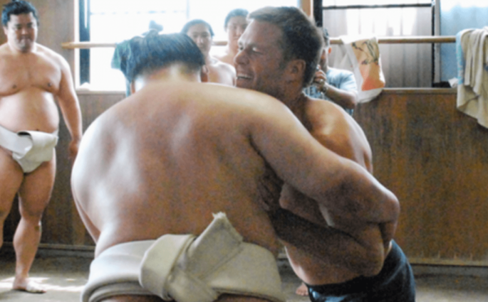 Tom Brady s'entraîne avec des sumos à Tokyo