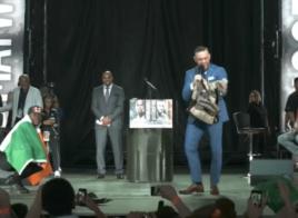 Floyd Mayweather prend le drapeau irlandais, McGregor chope son sac