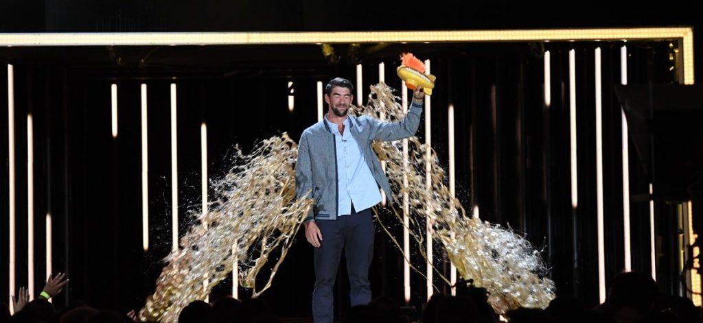 Michael Phelps couvert d'or au moment de recevoir son Legend Award