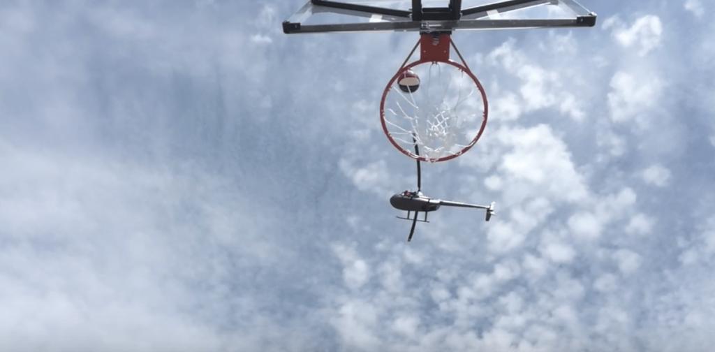 Les Harlem Globetrotters marquent un panier…d'un hélicoptère