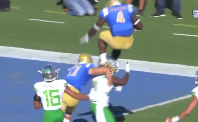 Bolu Olorunfunmi marche littéralement sur le défenseur pour le touchdown