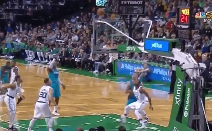 Dwight Howard et son airball au lancer franc contre les Celtics
