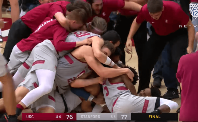 Stanford Southern California NCAA Fin de match folle en NCAA, lay-up à 1.7s, puis panier du milieu de terrain