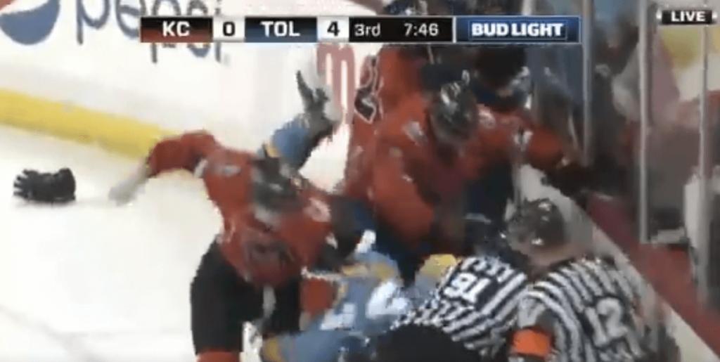 Baston générale en ECHL, même les gardiens s'y mettent