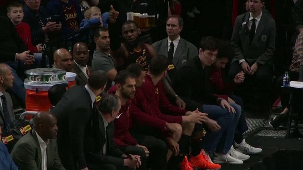 L'embrouille entre LeBron James et Tyronn Lue pendant le match