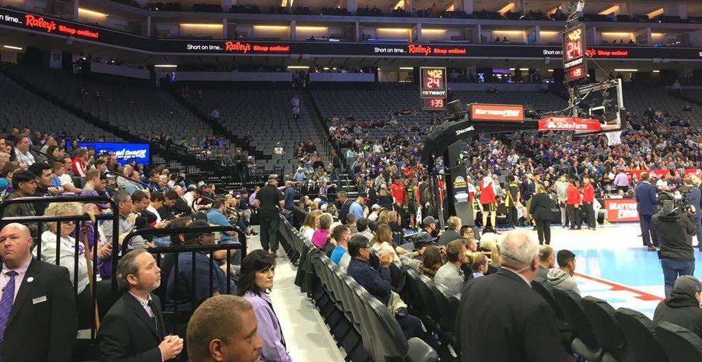 En parallèle d'une protestation en mémoire de Stephon Clark, abattu par la police de Sacramento, les Kings ont joué dans une salle presque vide