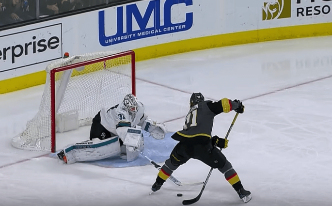 Entre les jambes, le but complètement fou de Karlsson