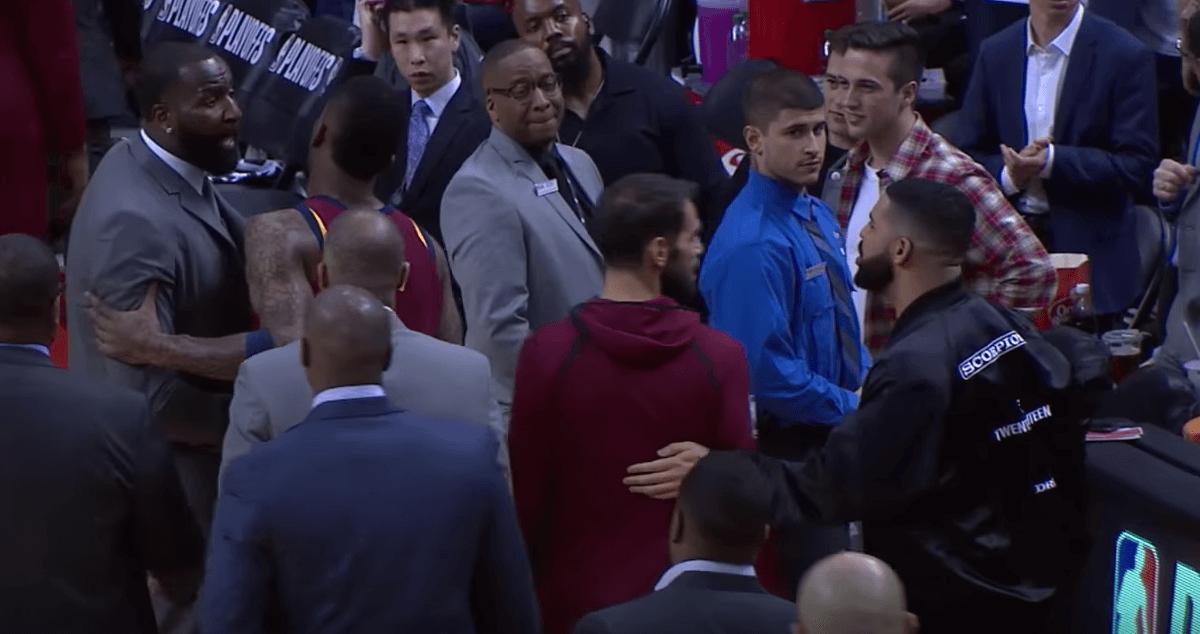 Drake se chauffe avec Kendrick Perkins pendant le Game 1