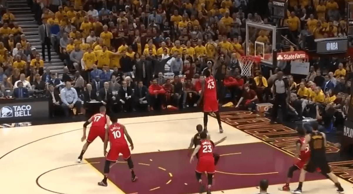LeBron James réussit un tir impossible, derrière la planche