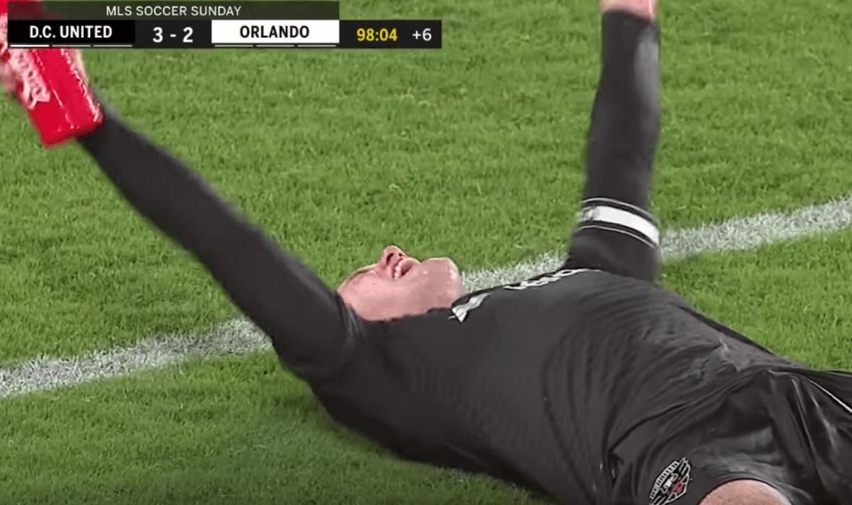 Sauvetage et passe décisive de 40m - l'action magique de Wayne Rooney à la 96e
