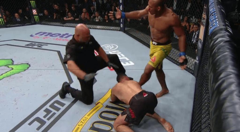 Jacaré Souza gâche la fête et finit Weidman sur un gros KO !