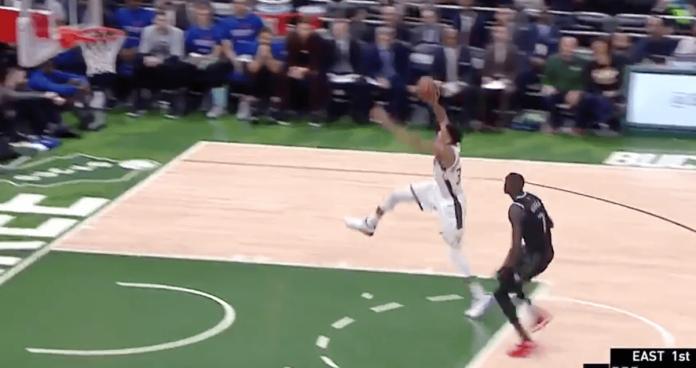 NBA Playoffs - Giannis dunke quasiment de la ligne de lancer, les Bucks régalent